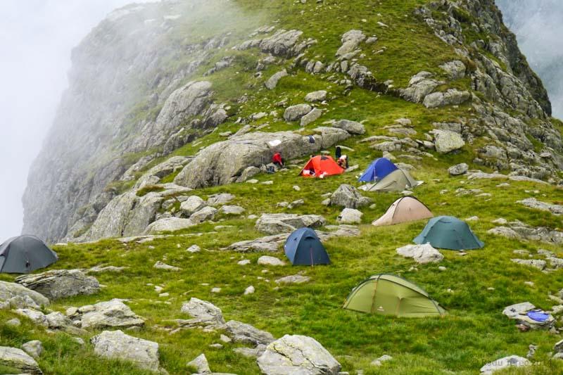 горный хребет, палатки, место ночовки